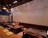壁には著名人のサインがいっぱい