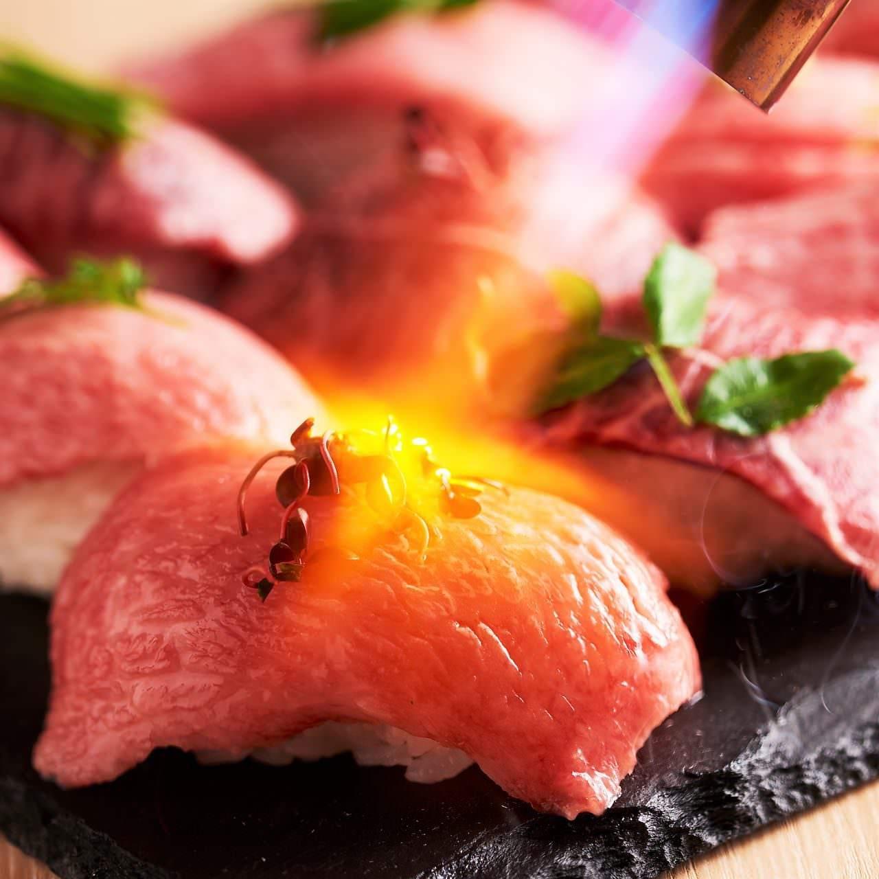 メディアで大注目の炙り肉寿司が食べ放題で◎26種肉寿司食べ放題