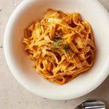 「トマトボロネーゼパスタ」は、食べる手が止まらなくなる逸品。