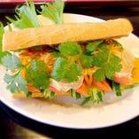 鶏肉と野菜のバインミーベトナムラー油サテ風味
