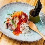 ととしぐれ ¥1.500- 当日の鮮度抜群のお魚とズワイガニ、大粒いくら、特上の生うにとアボカドを海苔で巻いて食べる! お子様にも大人気のメニューです。