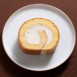 高級砂糖の和三盆のスポンジに黒糖のコクのある生クリームが絶妙