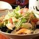 自家製オリジナルドレッシングと旬の鮮魚を使った海鮮サラダ。