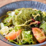 沖縄と言えば海ぶどう。サラダでどうぞ。