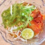 自家製のスープに海ぶどうをトッピングした「琉喰特製冷麺」