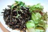 鶏とゴボウの黒胡麻サラダ