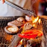 淡路鶏、フォアグラ、タンモトなどを炭火焼。お肉も日替わりで!