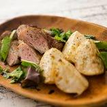 お料理は、六甲牛イチボや神戸ポークの炭焼きなど香ばしいお肉が楽しめます!