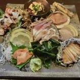 アワビやさざえ、赤貝等、活きた貝を贅沢に盛った「貝尽し盛」