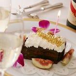 お食事の最後には、『おめでとう』の想いを刻んだデザートで