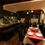 木の重厚な質感にクラシカルなテーブルセットが魅せる上質な空間。