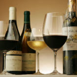 充実のフランス産ワイン。産地や品種でグラスも変えてご提供。