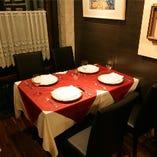 ゆとりをもって配置されたテーブル席。しっかりとサービスをしたいというオーナーの想いが伝わります。