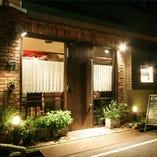 下町の路地裏に静かに店を構えるフレンチレストラン。