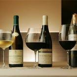 当店のこだわりは使用するグラスにも。赤・白はもちろん、その葡萄の品種や産地によっても使うグラスを変えてお出しします。そのワインを最適な環境でお楽しみ頂けます。