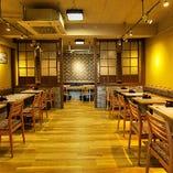 1階のお席は使い勝手の良さに好評を頂いております。お食事の1名様から友人とのお食事・飲み会。小宴会から最大40名様までの御宴会まで対応が出来ます。