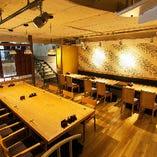 人気の2階席は、ご宴会に最適。通常24名様のお席ですが15名様~28名様まで対応をしております。和モダンな空間で、カフェの様な居心地の良さをお楽しみください。