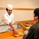熟練した職人の技が生みだす鮨の味