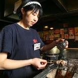 リーズナブルながら焼き鶏は炭火で焼き上げます