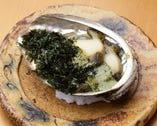 アワビの磯焼きは、上に乗せた青海苔の風味が絶妙にマッチ