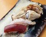 マグロの漬けや煮ハマグリなど江戸前の仕事が施された寿司
