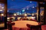 函館湾に浮かぶ海のレストランです