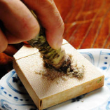 自慢のお刺身は農家直送静岡産の生ワサビで。目の前で卸します。
