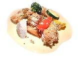 マリネした鶏もも肉をチーズパン粉と共にロースト 濃厚クリームソースに黒七味のチュイルを添えて