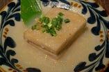 通常は醤油味付けの沖縄郷土料理ラフテーを塩味付けにアレンジ。