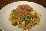 沖縄野菜の定番ゴーヤちゃんぷるは本場の味で。