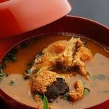 鯉をやわらかく煮込み、骨まで美味しくいただける鯉こく。