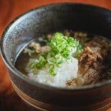黒毛和牛のすじ肉を生姜をきかせて甘辛く味付けしただし茶漬け。