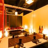 間接照明が照らし出す上質な空間。特別な時間を演出致します◎