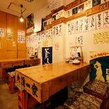 壁にはレトロなポスターと大将手書きの短冊メニューが飾られています