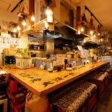 カップルや常連さんに人気の調理場前カウンター席(1〜6名様)