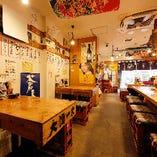 店内には大漁旗がはためきまるで魚市場の食堂のような雰囲気