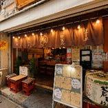 入口の大きな酒樽が目印。換気の行き届いた店内で安心してご飲食をお楽しみいただけます。