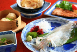 毎日入荷する新鮮・元祖いかの活造りは透明感に溢れその味は絶品