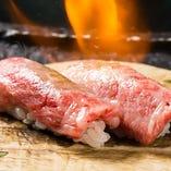 特選A5和牛炙り握り寿司。口の中でとろける極上の味わい。