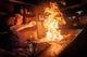 カウンター席から見られる迫力満点の鶏モモ炭火焼きです。