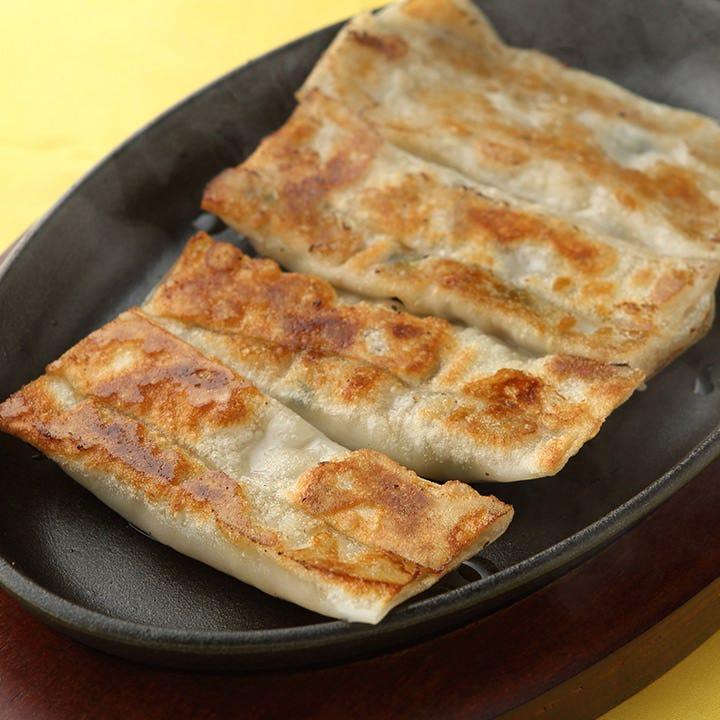 松の実など珍しい具材を使った餃子をシェアして食べ比べ♪