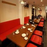 ブラウンを基調とした空間に、鮮やかな赤いソファが映える空間