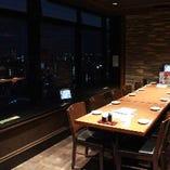 夜景の見えるテーブル個室