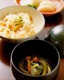 さっぱりとした食感 箸休めの茶そば・〆の炊き込みご飯