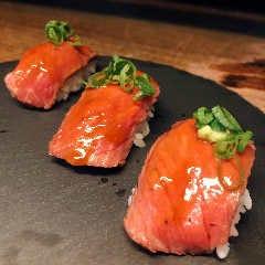 低温調理で仕上げた絶品の肉寿司 (1貫)