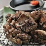 当店1番人気は、名古屋コーチン炭火焼き!高級なお肉を使用しているため レアの状態で出させて頂きます。炭の香りと肉の肉肉しさがたまりません。680円 (税込734円)