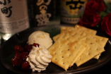クリームチーズ&クラッカー!女性に大人気料理!!蜂蜜とクリームチーズとクラッカーの相性抜群!580円 (税込626円)