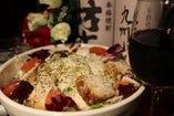 半熟玉子とローストチキンのシーザーサラダ!居酒屋定番のサラダ!!サラダの上にローストチキンが乗っているなんとも贅沢なサラダです。780円 (税込842円