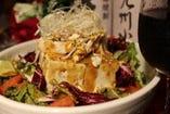 豆富の棒々鶏サラダ!お客様から人気の高いサラダ。棒棒鶏がサラダの旨みを引き出します!780円 (税込842円)