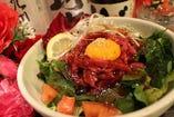法蓮草と馬刺ユッケの和風サラダ!ユッケとサラダは、実に美味しい!まさに一石二鳥!780円 (税込842円)